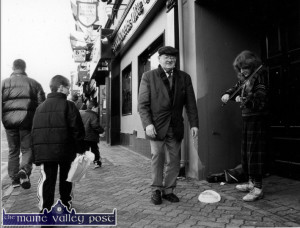 Fiddler at the door of The Danny Mann 21-12-1997