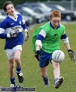 Castleisland Desmonds forward, Thomas Hickey goes off on a solo run and is chased by Templenoe midfielder, Tom Spillane during their Coiste Na nÓg U-14 Division 2 County League game in Castleisland on Saturday afternoon.  ©Photograph: John Reidy 25/03/2006