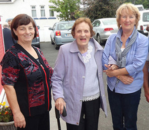 The late Hannah O'Leary, Breahig, (centre) pictured with Catherine Brosnan, Knocknagoshel (left) and Rita McCarthy Castleisland Day Care Centre at a Positive Ageing Day at Knocknagoshel Community Centre in September 2013. ©Photograph: John Reidy